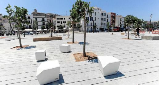 Imagen de la remodelada plaza de la fachada marítima en el puerto viejo de Ibiza.