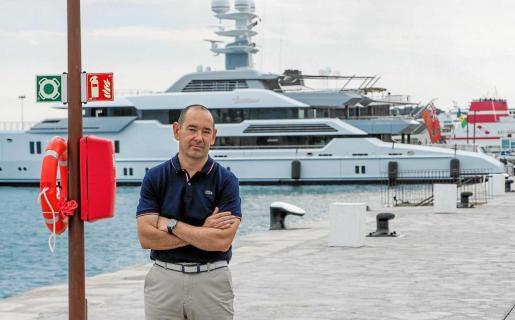 Lucio Gómez-Espinosa posa frente a la dársena de Levante del puerto de Ibiza, el muelle de Sovren Ibiza donde amarran los grandes yates.
