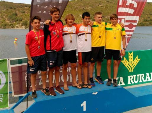 Hugo Prendes y Bruno García, en el centro, luciendo sus medallas de oro.