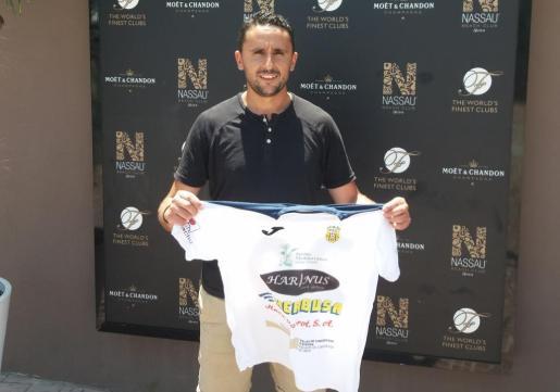 Dani González posa con una camiseta del Harinus Peña Deportiva, su nuevo club.