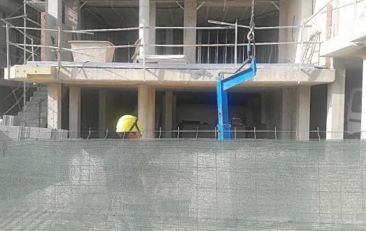 Imagen de las obras que se realizan en un edificio de viviendas en Cala Vedella.