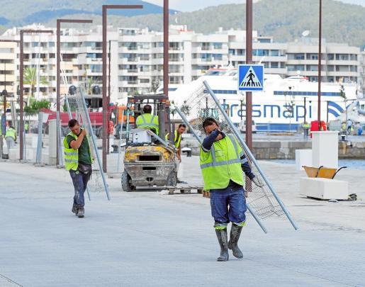 Las obras en el muelle de los megayates ha colmado la paciencia del Ayuntamiento.