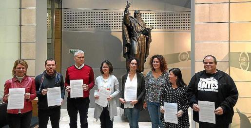 La imagen de unidad. Dirigentes de todos los partidos, también del PP (Núria Riera, a la izquierda), el día que presentaron la propuesta conjunta.