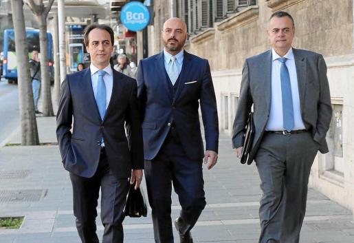 Gijón seguirá siendo aforado. El ya exdiputado del PP, con su hermano y su anterior abogado, en una de sus citas en los juzgados.