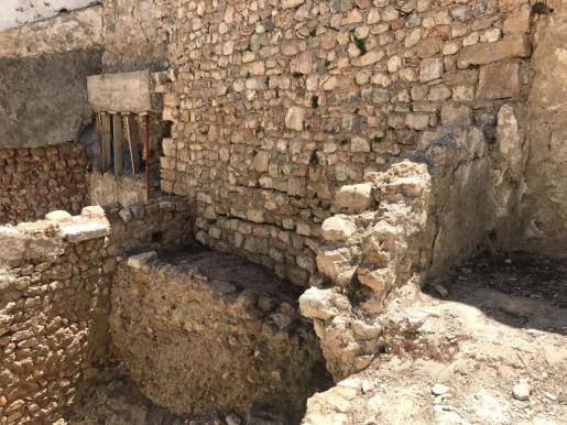 Trabajos de limpieza de yacimientos arqueológicos en Dalt Vila.