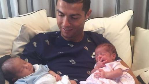 Cristiano abrazando sus hijos.