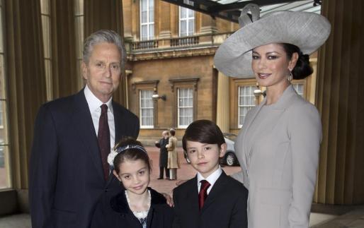La familia Douglas al completo ha acudido al palacio de Buckingham.