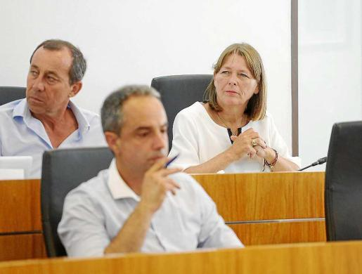 Alex Minchiotti, en primer plano, durante el pleno celebrado ayer en Vila.