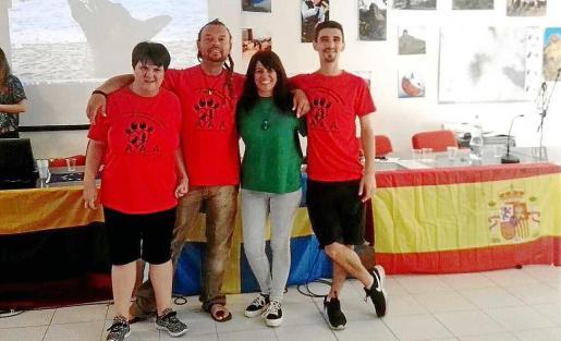 Los miembros de Ibiza4Patas y la usuaria del Centro de Día de Cas Serres que participaron.