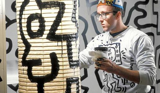 El artista norteamericano Keith Haring en pleno proceso de creación de Pop shop Tokyo.
