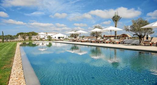 La piscina de agua salada del Hotel Torralbenc se convierte en uno de los atractivos principales.