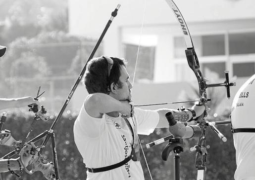 Vicent Ribas, arquero del SantJosep.Net, preparado para soltar su flecha desde la línea de tiro.