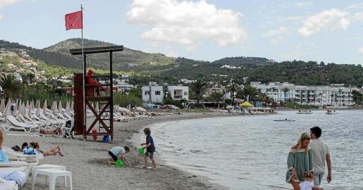 La bandera roja sigue ondeando en la playa de Talamanca tras los últimos vertidos del viejo emisario.