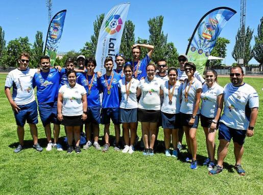 Los representantes ibicencos posan con sus medallas al término de la competición.