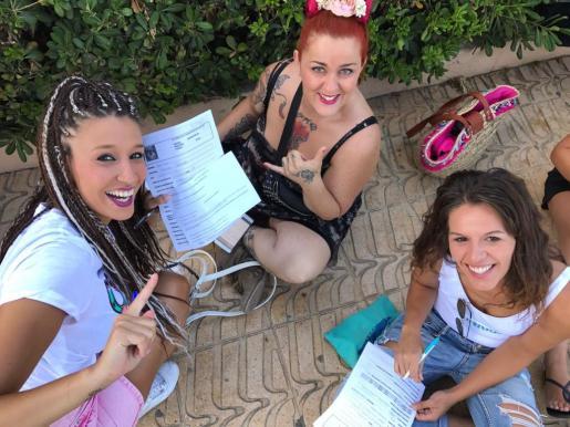 Tres participantes rellenan un formulario para ser una de las elegidas en esta nueva edición de GH18.