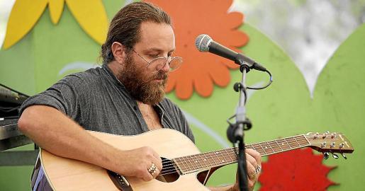 El músico norteamericano Quinn Luke, conocido como Bing Ji Ling, ofreció un peculiar concierto en el Hippy Market de Punta Arabí.