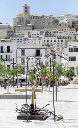 La escultura de más de cuatro metros de Stinglhamber que se puede ver en el puerto de Ibiza.