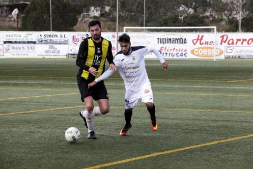 El ya expeñista Cristian Terán, a la derecha, durante el partido Peña Deportiva-Collerense.