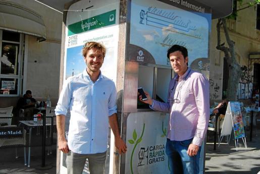 Julio Gracia y Joan Ferrà, junto a la estación que está instalada en la plaza de España, al lado de la puerta de la Intermodal.