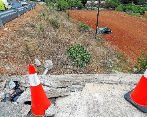 El Fiat 500 acabó siniestrado en un bancal tras salir disparado a una veintena de metros del punto por donde se salió de la vía.