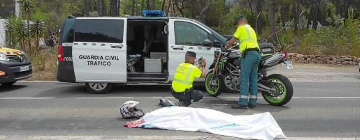 Dos agentes de la Guardia Civil de Tráfico recabaron muestras gráficas para documentar la investigación del accidente.