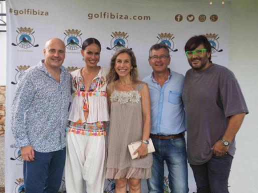 De izquierda a derecha, José Luis Benítez, Mireia Canalda, Carmen Ferrer, Lucas Prats y Wally López, ayer en Golf Ibiza. A la derecha, Mireia Canalda.