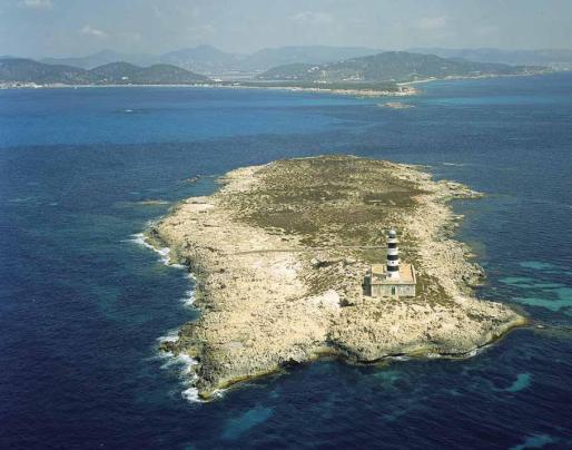 El faro des Penjats es el primero que se construyó en las Pitiusas para señalar el paso navegable en es Freus, entre Ibiza y Formentera.