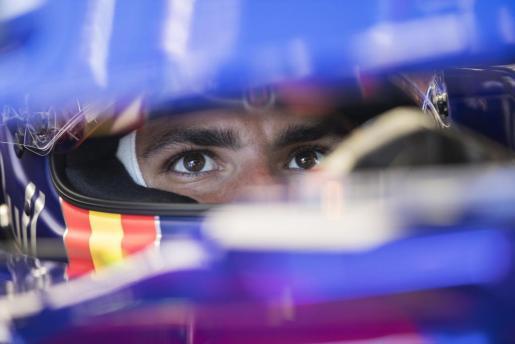El piloto español de Fórmula 1 Carlos Sainz, de Toro Rosso, dentro de su coche durante el Gran Premio de Austria.