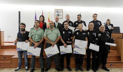Agentes de la Policía Local de Sant Antoni junto al alcalde, Pep Tur 'Cires' y la concejal de Governació, Aída Alcaraz.