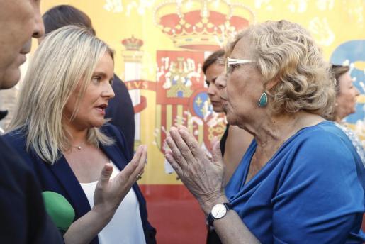 Marimar Blanco (i), presidenta de la Fundación Víctimas del Terrorismo y hermana de Miguel Ángel Blanco, asesinado hace 20 años por ETA, conversa con la alcaldesa de Madrid, Manuela Carmena.
