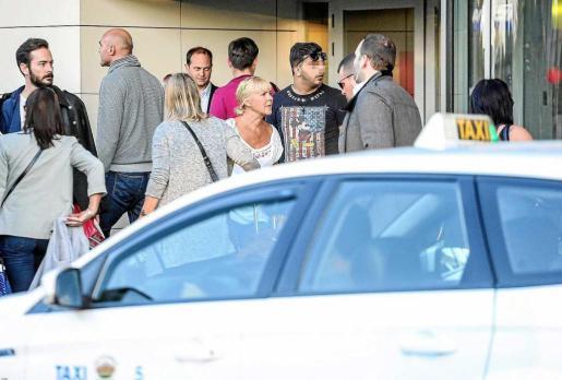 Imagen de un taxista pirata captando clientes en la salida del aeropuerto de Ibiza.