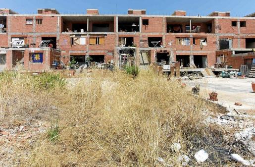 El edificio 'okupa' de es Viver está rodeado de escombros y basuras pese a las quejas vecinales.