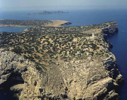 Este faro se levanta a 85 metros sobre el nivel del mar en un extremo del islote de sa Conillera frente a la bahía de Sant Antoni.