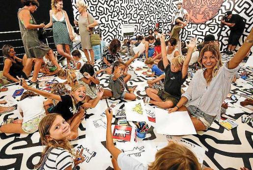 Niños de diferentes edades y nacionalidades disfrutaron ayer por la mañana en Ses Salines del primer taller que acogió La Nave en el marco de la exposición de Keith Haring, que se puede visitar hasta el 30 de septiembre.