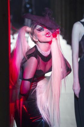 Lady Gaga brilló con luz propia en el desfile de Thierry Mugler en París.