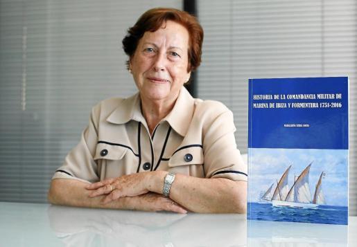 Margarita Riera Costa posa feliz junto a su libro en las instalaciones del PERIÓDICO de IBIZA Y FORMENTERA.