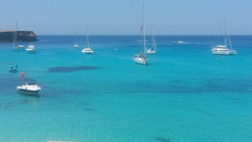 Imagen de archivo de embarcaciones fondeadas sobre posidonia en Formentera.
