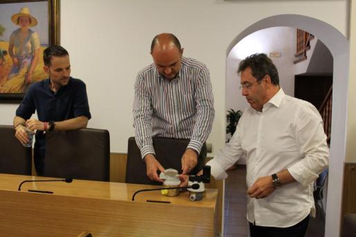 En imagen, el alcalde, Vicent Marí, y el regidor de Urbanisme, Mariano Juan, reciben explicaciones de cómo funciona el sistema por parte del director en Balears de Aqualia, Eduardo del Castillo.