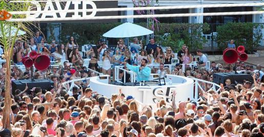 Más de 2.000 personas disfrutaron ayer de la vuelta a Ibiza de Craig David en el hotel Ibiza Rocks con su divertida 'pool party'.