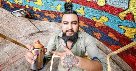 El artista mexicano Israel Guerra, conocido popularmente como Spaik, ayer por la mañana mientras decoraba el interior del túnel de El Soto.