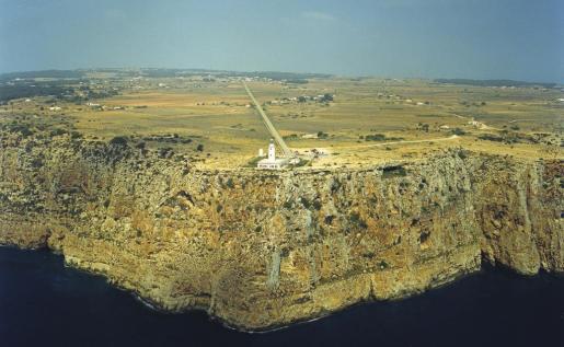 La reina Isabel II mandó construir el faro de la Mola en 1859 y se inauguró tras dos años de obras, dirigidas por el ingeniero Emili Pou.
