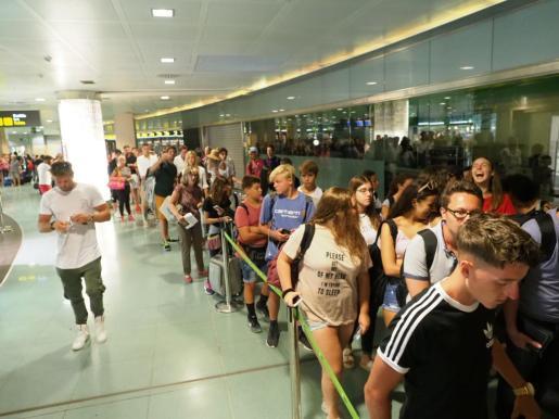 La huelga del personal de seguridad provocó colas en el aeropuerto.