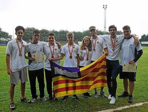 Foto de grupo de los arqueros ibicencos y baleares con sus medallas.