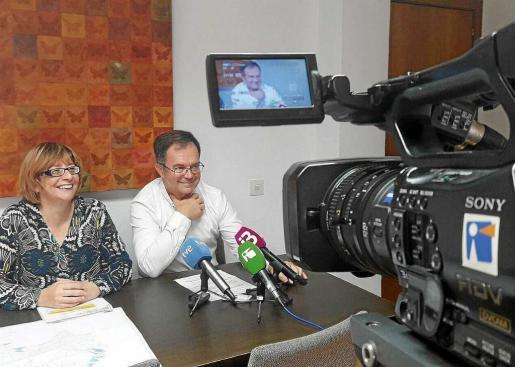 Paquita Ribas y Josep Marí, durante la rueda de prensa que ofrecieron ayer en el Ayuntamiento de Sant Josep.