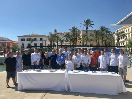 La campaña fue presentada ayer con la presencia, entre otros, de la concejala de Turisme de Vila, Gloria Corral, Joan Riera, Xavier Mas, y los chefs de los 20 restaurantes participantes que ofrecieron una degustación de sus platos homenaje a la posidonia.