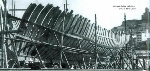 Carpinteros de ribera trabajando en el 'Berta Costa'.