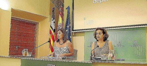 Francina Armengol y Fina Santiago, ayer, en rueda de prensa.