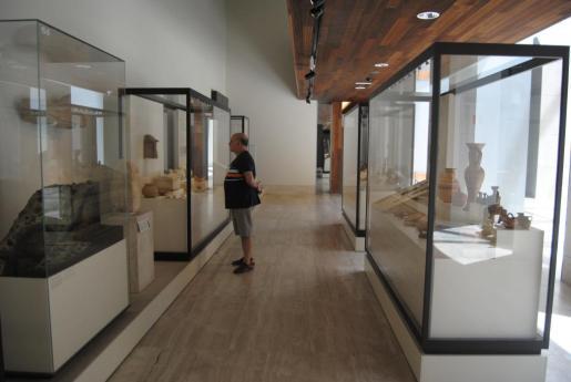 Un visitante contempla las piezas que se pueden ver dedicadas a Ibiza en el Museo Arqueológico Nacional.