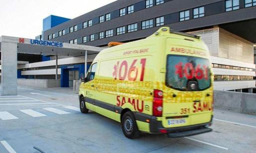 Imagen de archivo de una ambulancia del 061 llegando a Urgencias de Can Misses.