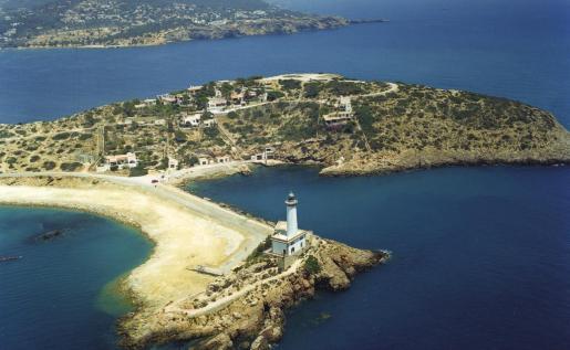 Este faro tiene dos plantas para aprovechar el espacio del pequeño islote de es Botafoc donde se construyó en 1859.